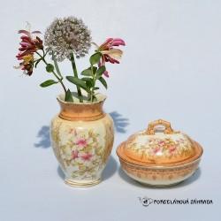 Stredná sada - džbán a miska. Objem džbánu je 600 ml. Na nôžke misky 2,5 cm prasklina (miska je pevná aj tak),  krakelácia misky