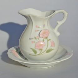 PREDANE Umývacia sada - džbán + misa Ruže. Výška džbánu je 14 cm. Na hrdle džbána 2 drobné, plytké odretia, krakelácia na miske