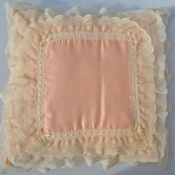 Vankúš saténový ružový s čipkami, Jenny Kersh 27x27 cm + čipky, pranie ručne