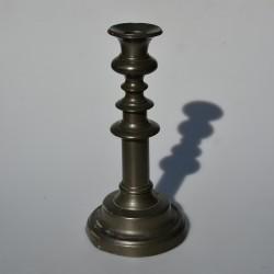 Vysoký kovový svietnik 23,5x11 cm, miestami ošuchnutá farba