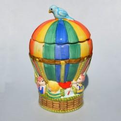 Porcelánová dóza Znak koruny, Celková výška dózy aj s vrchnákom je 28,5 cm.