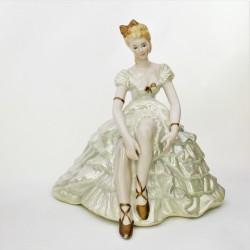 predane Porcelánová  soška - dáma v žltom Znak veľké A, 18,5 cm