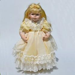 predane bazos  50 cm Porcelánová bábika v modrom + drevený stojan