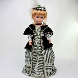48 cm Porcelánová bábika v žltom + stojan, poškodené topánočky