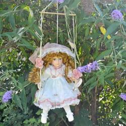 39 cm Porcelánová sediaca bábika na hojdačke, Diana, Vanity Fair