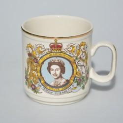 Keramický hrnček Silver Jubilee of Queen Elizabeth II., objem 220 ml, krakelácia zvonka