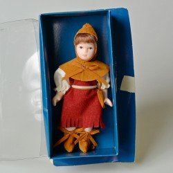 12 cm Porcelánová bábika Dievča v zásterke v pôvodnom balení